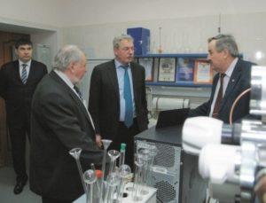Заместитель министра Минэнерго России А.Б. Яновский в ходе посещения лабораторий