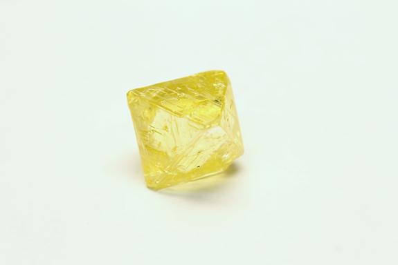 алмаз лимонного оттенка