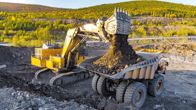 транспортировка вскрыши на золоторудном карьере