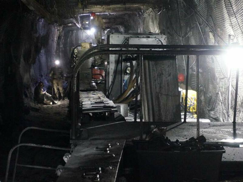 шахтеры в горной выработке