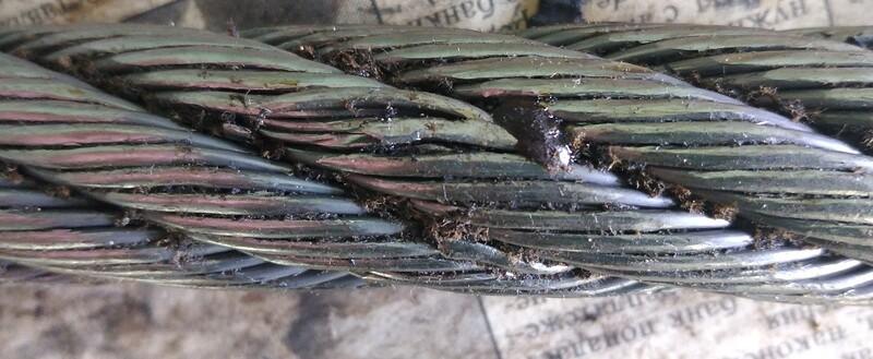 Смятие проволок и прядей нижних витков каната при работе с высокими нагрузками